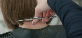 Cortarse el pelo en la peluquería