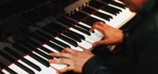 「楽器を演奏する」というときに使うスペイン語の動詞は何?