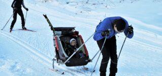 Esquiadores con niños