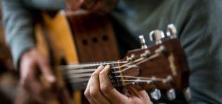 Tocar la guitarra y bailar flamenco