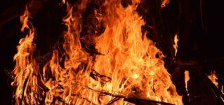 夏の到来を祝うサン・フアンの火祭り