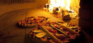 La pizza en un horno de leña