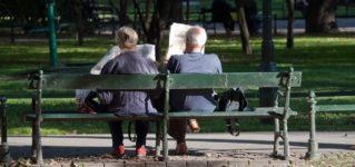 En el parque leyendo el periódico