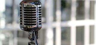 Hablar delante de un micrófono