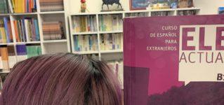 Su libro tiene el mismo color que su pelo