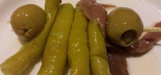 Pincho de atún, anchoa, guindilla y aceituna ・ツナとアンチョビマヨネーズ酢漬け唐辛子とオリーブを添えて