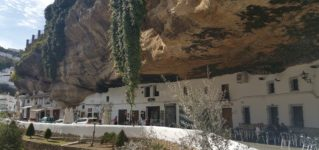ちょっと変わったアンダルシアの白い村、セテニル・デ・ラス・ボデガス